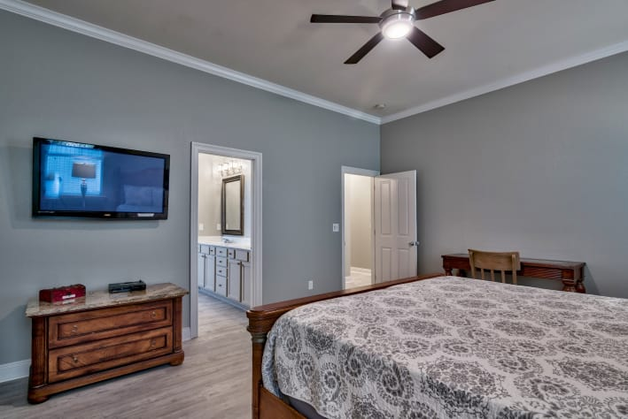 Bedroom #1 - 1st Flr King Mstr Suite with walk-in shower & jacuzzi tub