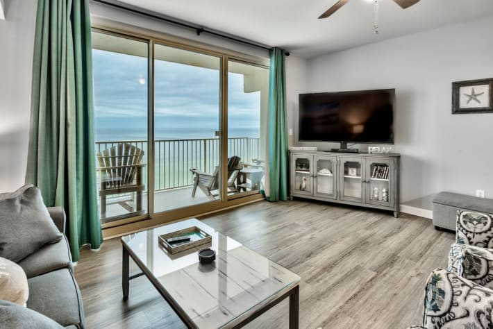 Stunning view and large flatscreen TV for guests to enjoy!