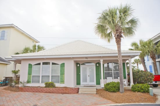 Family Friendly House! Walk to Beach and Pool! Sleeps 10
