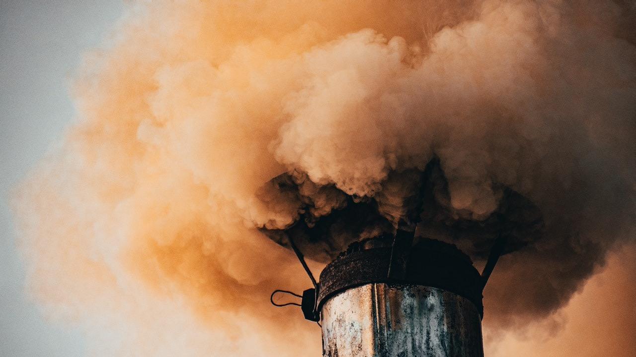 Smog aus Schornstein.
