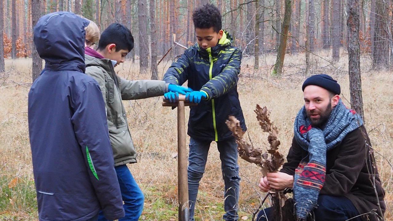 Steve Döschner bei der Baumpflanzaktion mit Kindern