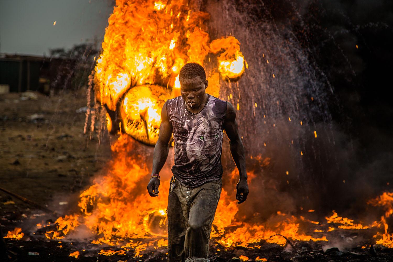 Ein Arbeiter verbrennt Elektroschrott, um die Metalle aus dem Elektroschrott entnehmen zu können. Bildquelle: welcome-to-sodom.de