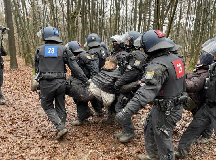 Die Hessische Landespolizei bei der Räumung des Dannenröder Forstes im Dezember 2020.<br>