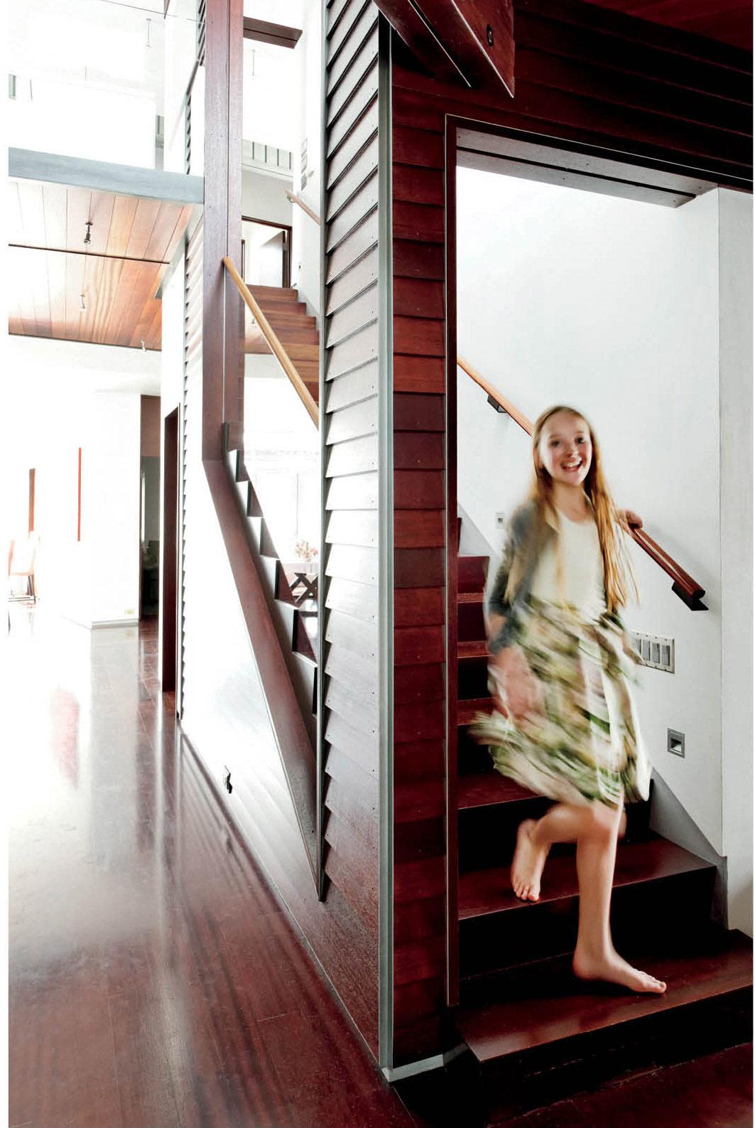 0513 aspen ideal girl on stairs dubhxj