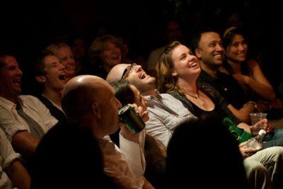 Crowd laughing qgsbgq