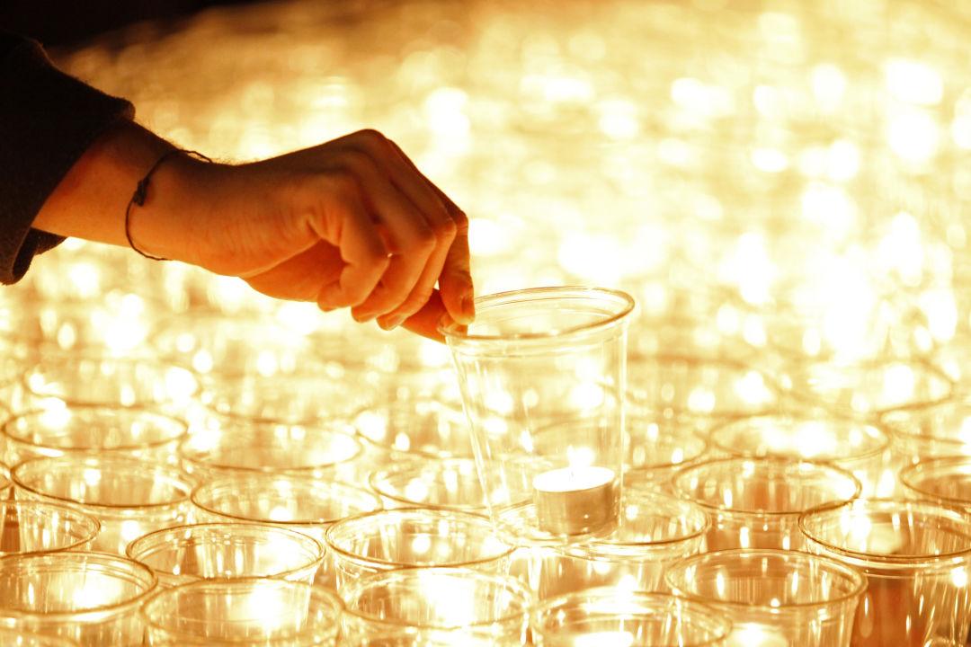 Kerzen mit hand punctum   alexander schmidt  1  oh0ax4