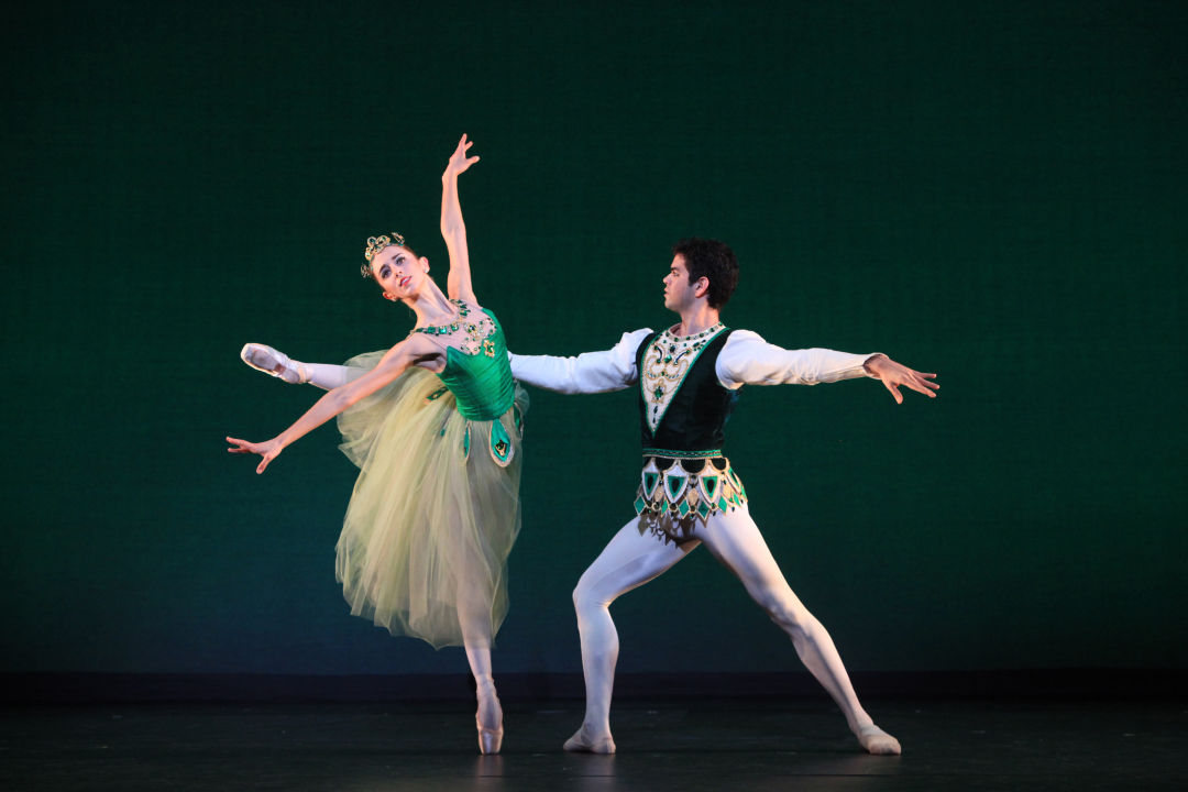 Ellen overstreet   edward gonzalez in george balanchine s emeralds   photo frank atura m7gso8