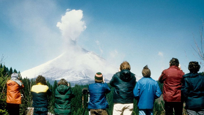 5 group watching ejecting ash distant viewpoint of msh unknown photog unknown date web 01 t15agf