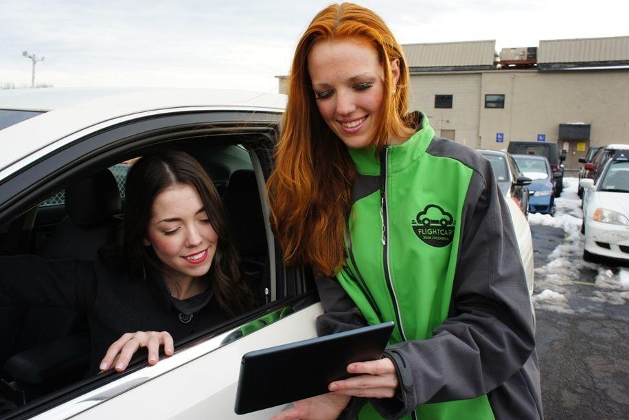 Flightcar rep with customer in car and ipad small k4k04j