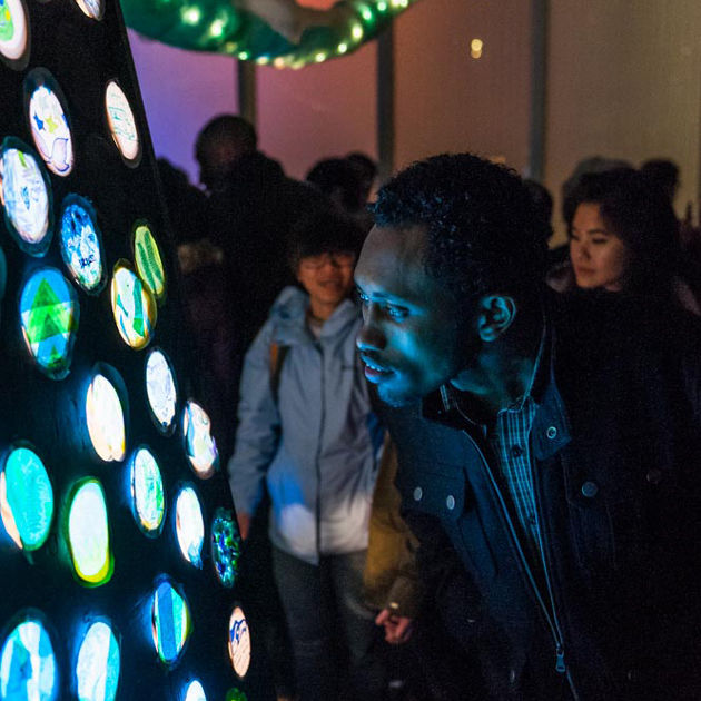 Osp sam lights looking at art 630px c1beeb