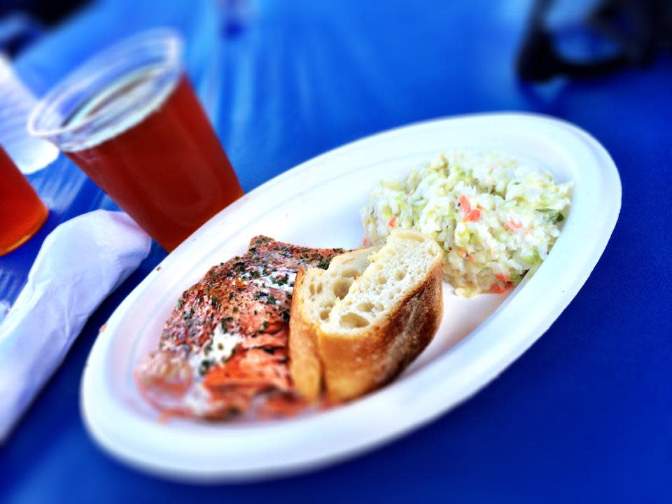 Seafoodfest salmondinner o9cqpm