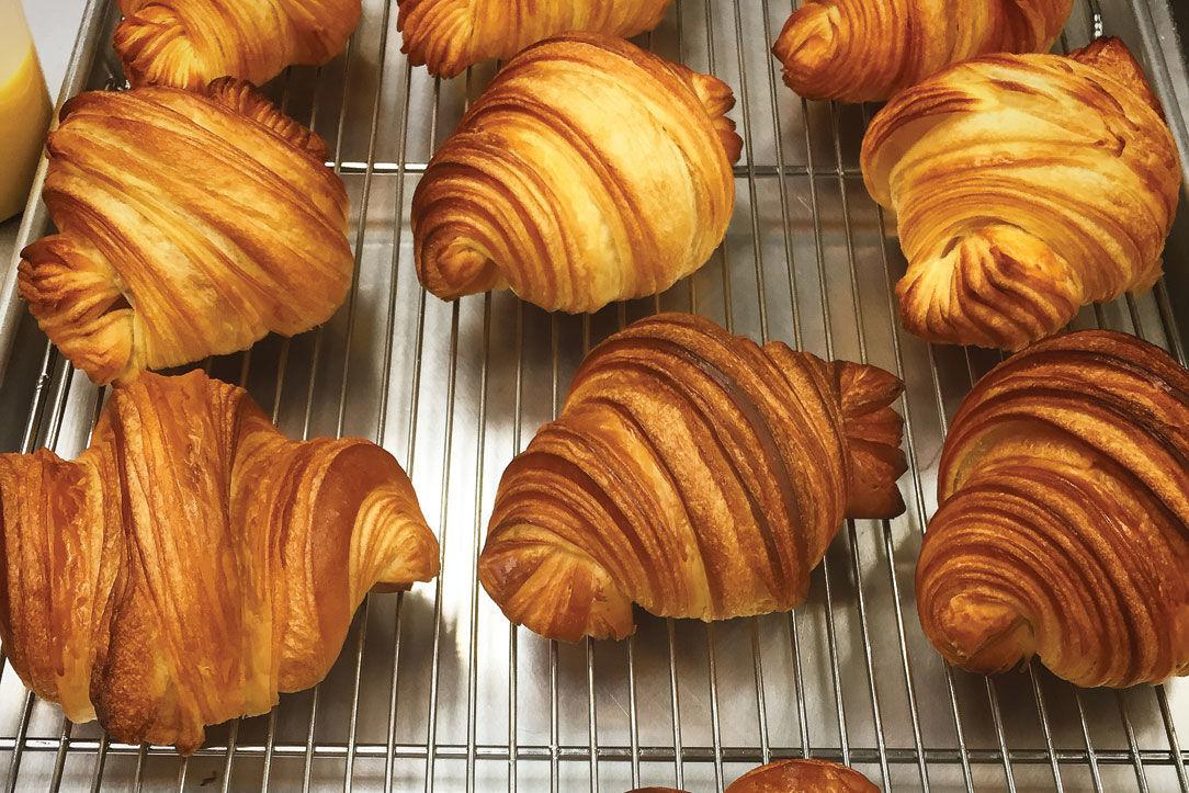 0715 table croissants levure bakerie patisserie izfwdv