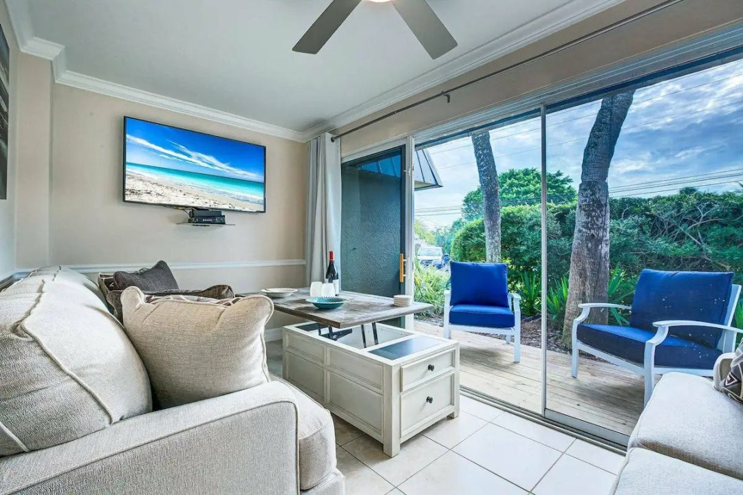 This beachy Siesta Key studio is located in the center of it all, in the Calle Minorga complex.