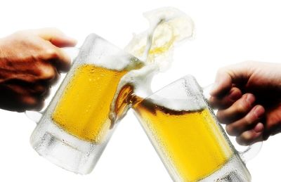 Beverage drinks photography zack burris chicago beer mugs toasting 1 lbq0kp