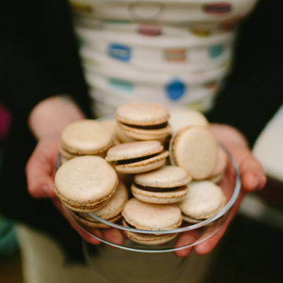 Holding a macaron wedding 16 fl8soa