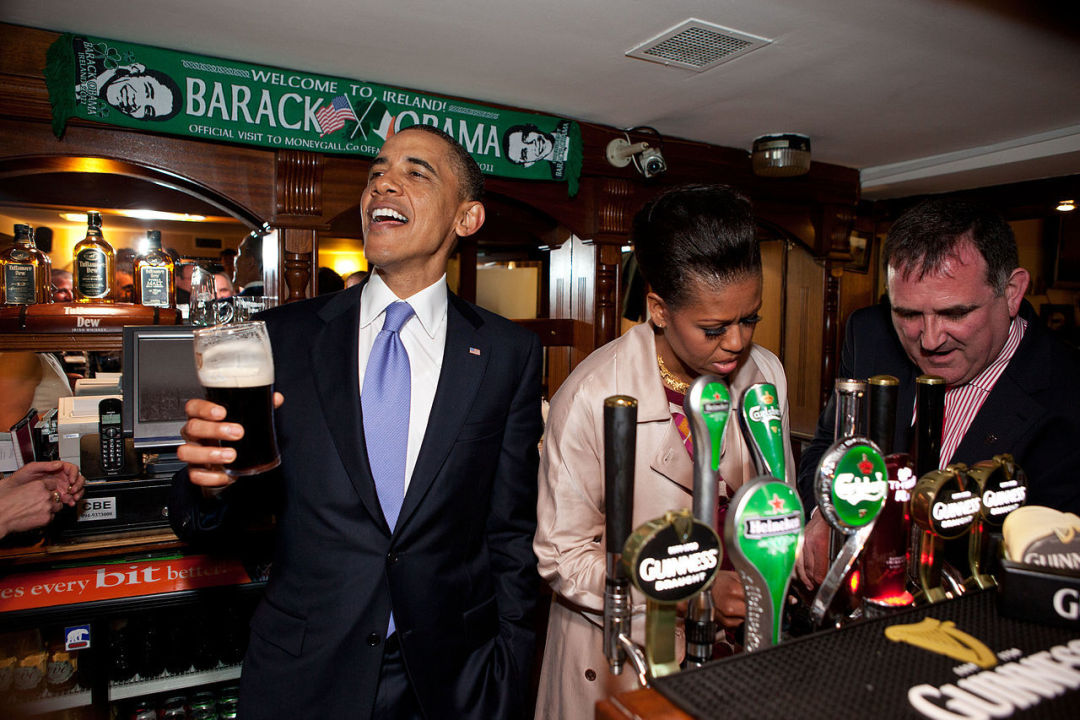 1280px barack and michelle obama in ollie hayes pub zmo0l7