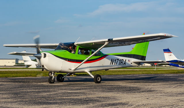 Take a Discover Flight lesson at Cirrus Aviation