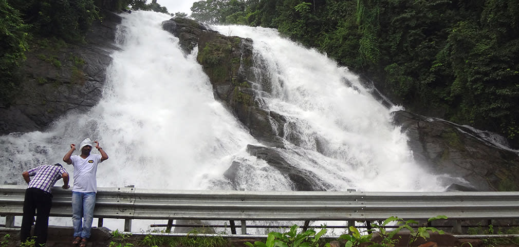 Roaring_Falls_nearby_Athirappilly