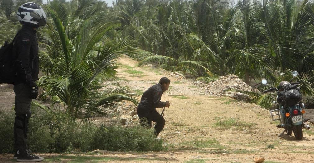 Pramod_Staring_Salman_Photographing