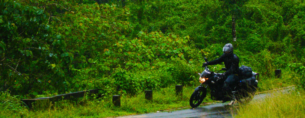 Arun_Pulsar_Athirappilly_Valparai_Forest_Route_Turning