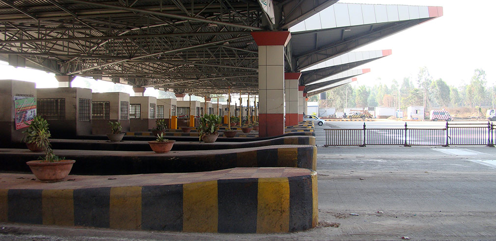 Waiting_at_Toll_Gate_2