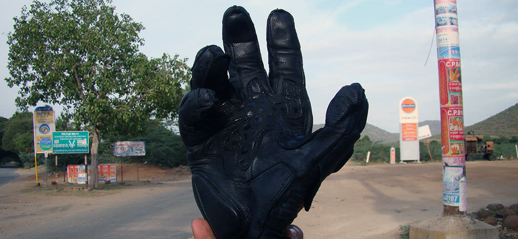 Cramster_Gloves_Waiting