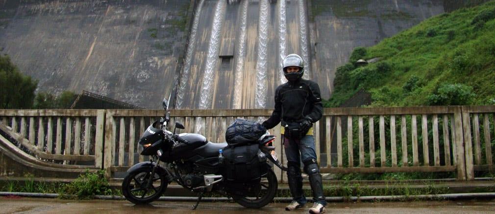 Arun_Pulsar_in_front_of_Dam