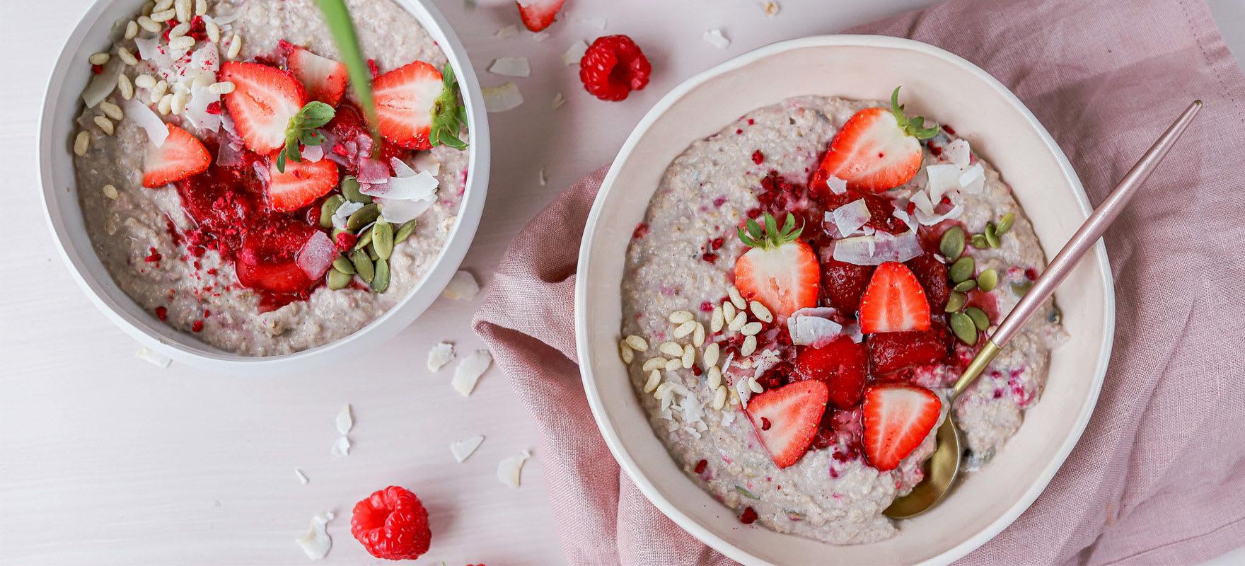 Quinoa porridge with pistachio crumb image 1