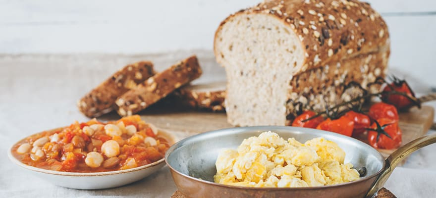 Scrambled eggs and breakfast beans image 1
