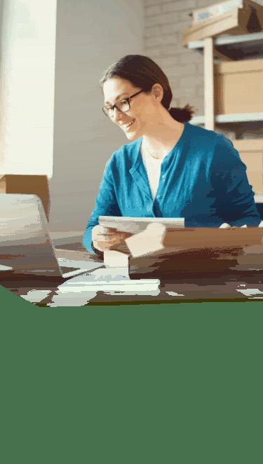 Mujer trabajando en el portatil