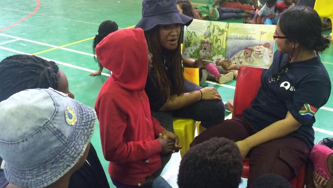 Students reading to children in the holiday programme