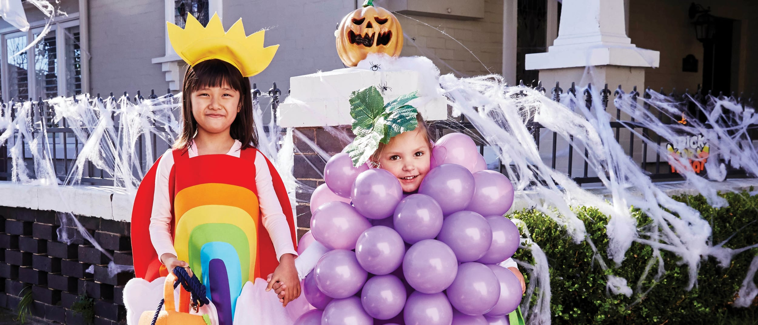 DIY Halloween kids' costume: balloon grapes