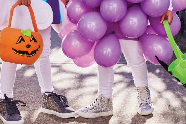 DIY Halloween kids' costume: balloon grapes