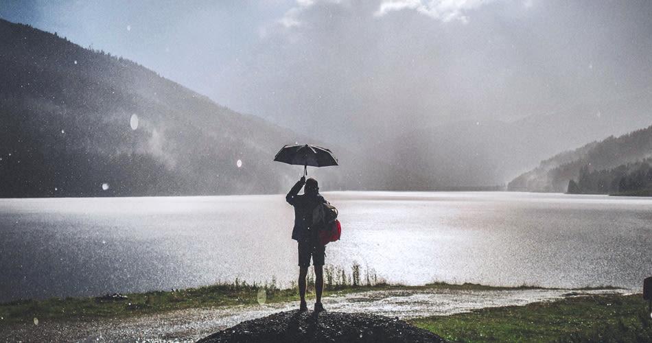 Spazieren im Regenschirm