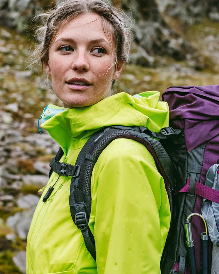 Frau bei einer Wanderung
