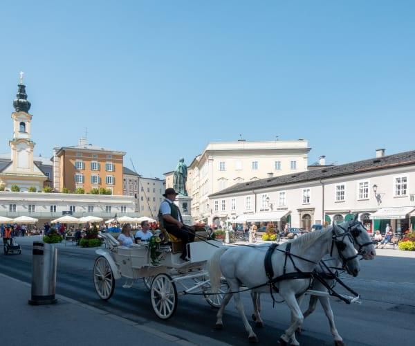 Mozartplatz und Mozartstatue