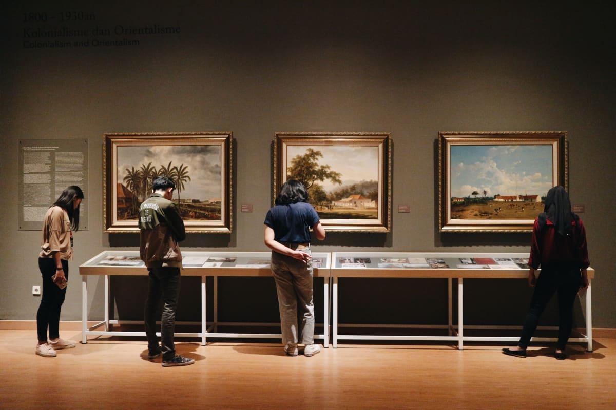 browsing art gallery