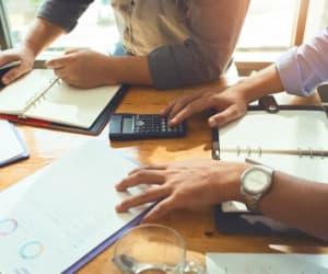 Il est nécessaire de faire la distinction entre différentes notions parfois confondues : le nom commercial, le sigle et l'enseigne de l'entreprise.