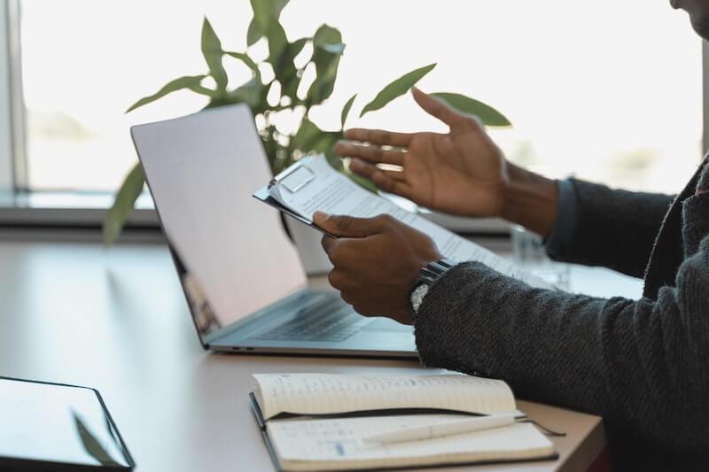 La procédure de recrutement d'un salarié est similaire pour une entreprise et une association.