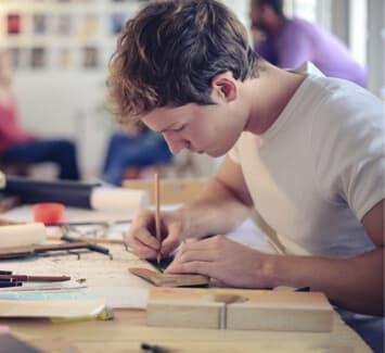 Les auto-entrepreneurs bénéficient de régimes fiscaux et sociaux simplifiés, mais ne doivent pas dépasser certains seuils de chiffres d'affaires.