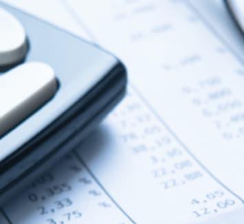 Impôts sur le revenu, CFE, assurances… autant de charges qu'il faut anticiper lorsque l'on est auto-entrepreneur.