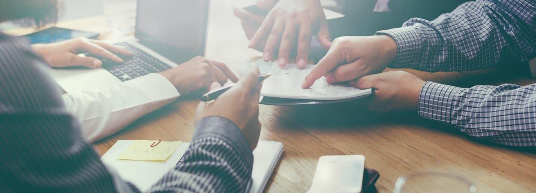 Les aides aux jeunes créateurs d'entreprise se fondent le plus souvent sur la collaboration entre l'État et des partenaires économiques locaux.
