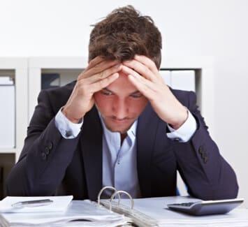Le dirigeant d'entreprise, appuyé par son directeur administratif et financier, est en première ligne face aux divers risques qui menacent la survie de son entreprise.