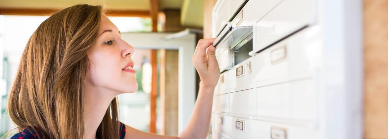 La boîte postale désigne un casier situé dans un lieu prédéfini, permettant ainsi aux particuliers et professionnels de réceptionner leur courrier.