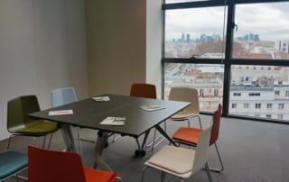 Des salles de réunion équipées pour recevoir vos clients et partenaires.