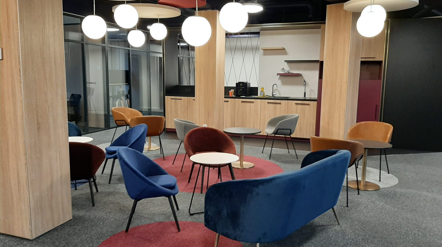 Un cadre motivant dans ce business center qui saura augmenter votre productivité, nous nous occupons du reste.