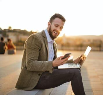 Devenir digital nomad avec une activité freelance permet de voyager tout en travaillant !