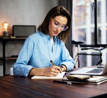 Devenir rédacteur web en indépendant nécessite des compétences précises recherchées par les entreprises.