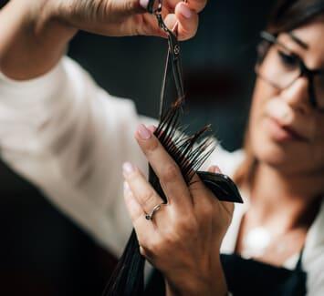 Beaucoup de coiffeurs à domicile choisissent le statut micro entrepreneur pour plus de flexibilité et des démarches simplifiées