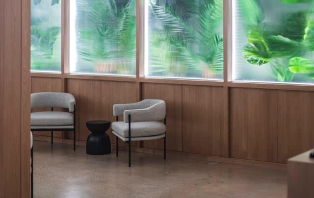 Venez travailler dans des bureaux et salles de réunions modernes.